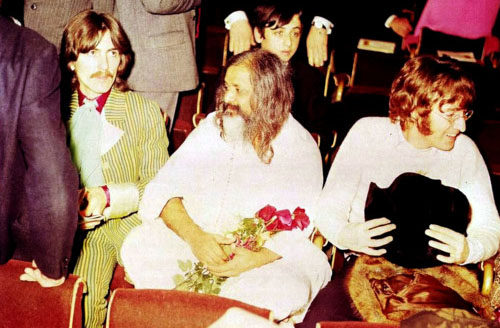 Hôtel Hilton, Londres 24 Aout 1967, from left to right : George Harrison, Maharishi, and John Lennon